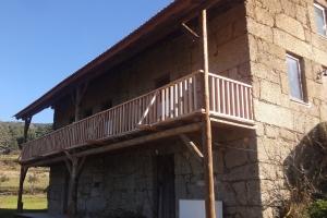 Cobertura, soalho e escadas em casa de pedra